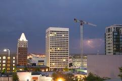 Blitzschlag-Gewitter über Gebäuden  Stockbild