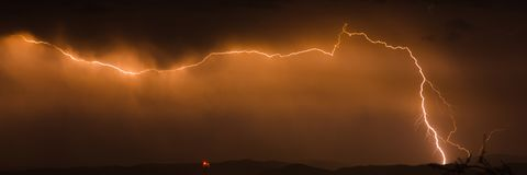 Blitzschlag im nahen Himmel Stockfotos