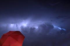 Blitzschlag mit Regenschirm Stockfoto