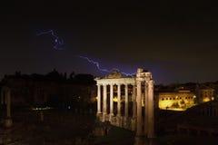Blitzschlag am Tempel von Saturn Stockbilder