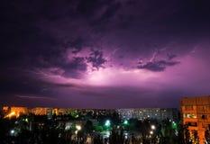 Blitzschlag unten über der Stadt nachts Lizenzfreie Stockfotos