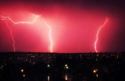 Blitzschlag unten über der Stadt nachts Schöner Schuss L Lizenzfreie Stockbilder