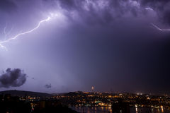 Blitzschraube über Stadt Stockbild