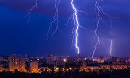 Blitzsturm über Stadt Lizenzfreie Stockbilder