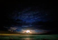 Blixt över havet av den Palawan ön Arkivbild