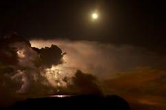 Blixt i moln Arkivfoton