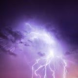 Blixt i purpurfärgad sky Fotografering för Bildbyråer