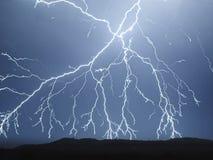 Blixt i skyen Elektriska urladdningar i himlen Royaltyfria Bilder