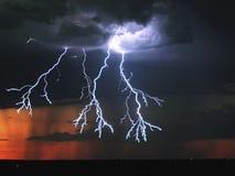 Blixt i skyen Elektriska urladdningar i himlen Arkivfoton
