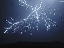 Blixt i skyen Elektriska urladdningar i himlen Royaltyfri Fotografi