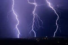 Blixt kasta i sig slag från en elektrisk sommarstorm royaltyfri bild