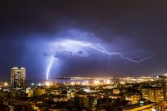 Blixt och åska under en åskväder, en natt i Alicante Royaltyfria Foton