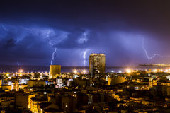 Blixt och åska under en åskväder, en natt i Alicante Arkivbild