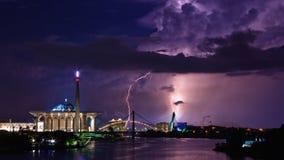 Blixt- och åskastorm i tropisk stad Arkivbilder