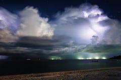 Blixt ovanför havet. Thailand Arkivfoto