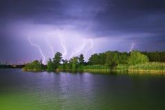 Blixt på floden Royaltyfria Bilder
