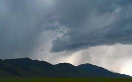 Blixt skjuter ut från åskastormmoln över Idaho slättar Arkivfoton