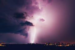 Blixt slår huset, blixtstorm över den Voronezh staden royaltyfria bilder