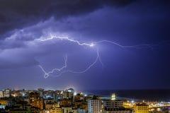 Blixt som ses i den Gaza staden fotografering för bildbyråer
