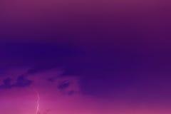 Blixtbultar mot bakgrunden av en åskmoln royaltyfria foton