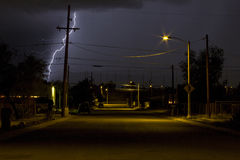 Blixtklockas slag i en grannskap av Tucson Arizona på nattetid Arkivbild