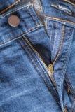 Blixtlås ner på jeans Arkivfoton