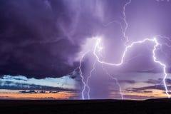 Blixtslag från en storm på solnedgången royaltyfria foton