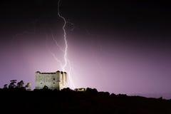 Blixtslag i medeltida slott på natten Royaltyfria Bilder