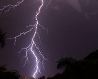 Blixtslag i natts sky Arkivbild
