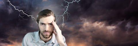 Blixtslag och stressad man med det hållande huvudet för huvudvärk vektor illustrationer
