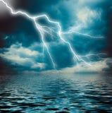 Blixtslag på den mörka molniga himlen Royaltyfri Foto