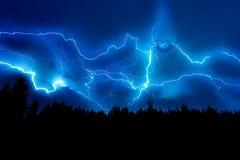 Blixtslag på ett mörker - blå himmel Royaltyfria Bilder