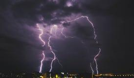 Blixtstorm över bygdstad på natten i Thailand Royaltyfria Foton