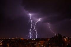 Blixtstorm över stad Royaltyfria Bilder