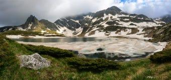 Bliznaka paaren See- und Haramiya-Spitze in den Rila-Bergen, Bulgarien Stockfotografie