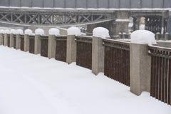 Blizzard auf dem Winterstadtdamm des Kanals Lizenzfreie Stockfotos