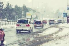 Blizzard auf der Straße der schlechten Sicht, Autos mit Lichtern auf Kundenberaterin Stockbilder