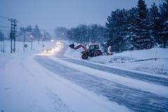 Blizzard auf der Straße während eines kalten Winter-Abends in Kanada Stockbilder