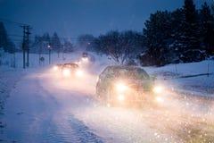 Blizzard auf der Straße während eines kalten Winter-Abends in Kanada Stockfotografie