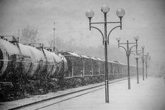 Blizzard auf Eisenbahn, Güterzug im Schnee Stockfotos