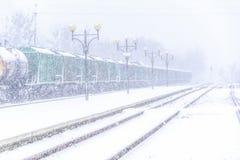 Blizzard auf Eisenbahn, Güterzug im Schnee Stockfoto
