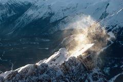 Blizzard da neve sobre um pico de montanha rochosa Fotografia de Stock