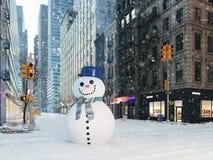 Blizzard in de stad van New York bouw sneeuwman het 3d teruggeven Royalty-vrije Stock Fotografie