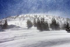 Blizzard in den Schneewinterbergen Stockbild