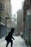 Blizzard in der Stadt - Frauen-Gehen Stockfotos