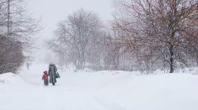 Blizzard in der Stadt, zwei Leute Stockfotografie