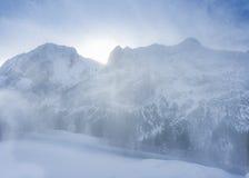 Blizzard des hellen Schnees in den Bergen Stockfoto