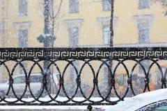 Blizzard en blazende sneeuw De straten van de stad Stock Foto's