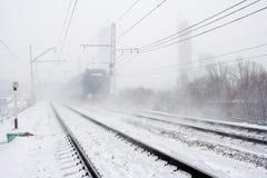 Blizzard en het overgaan van trein stock afbeelding