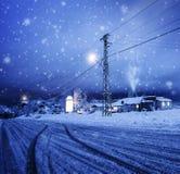 Blizzard im Dorf Stockfoto